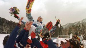 Ampumahiihtäjät riemuitsivat Ville Räikkösen sensaatiomaisesta olympiapronssista Naganossa 1998. Saavutus meni ohi paitsi monelta suomalaiselta penkkiurheilijalta myös toimittajalta.
