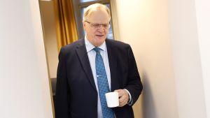SAK:n entinen puheenjohtaja ja ex-ministeri Lauri Ihalainen haki kokoustauolla kahvia valtakunnansovittelijan toimistolla lauantaina 23. marraskuuta.