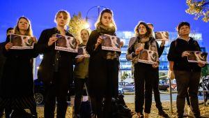 Ihmisiä seisomassa edesmenneen Daphne Caruana Galiziav valokuvat käsissään.