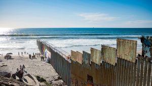 Ihmisiä ylittämässä USA:n ja Meksikon rajan Tijuanassa, Meksikossa.