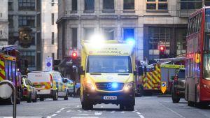 Pelastushenkilökuntaa matkalla London bridgelle.