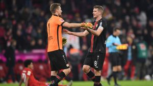 Lukas Hradecky ja Lars Bender juhlivat Bayernin päänahkaa.