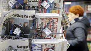 Venäläisiä sanomalehtiä kioskilla Kurskayan asemalla Moskovassa vuonna 2017.