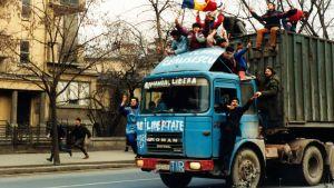 Nuoret mielenosoittajat kuorma-auton kyydissä Bukarestissa joulukuussa 1989.