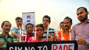 Mielenosoittajia vaatimassa oikeutta raiskatulle Priyanka Reddylle Intiassa 30. marraskuuta 2019.