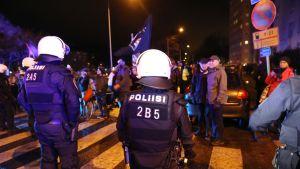 mellakkapoliiseja itsenäisyyspäivän mielenosoituksessa