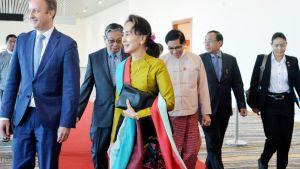 Aung San Suu Kyi matkalla Haagiin Kyi Naypyitawin kansainvälisellä lentokentällä.