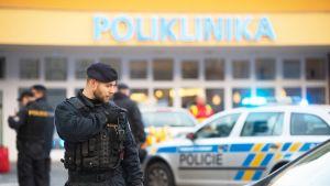 Poliiseja sairaalan edustalla Ostravassa.