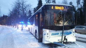 Bussi ajanut liikennemerkkiin.