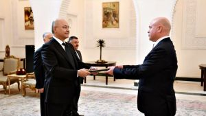 Suurlähettiläänä toimii Vesa Häkkinen (oik), joka luovutti valtuuskirjeensä Irakin presidentille Barham Salihille al-Salam Palatsissa Bagdadissa maanantaina 9. joulukuuta 2019.