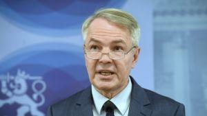 Ulkoministeri Pekka Haavisto puhuu tiedotustilaisuudessaan Syyrian al-Holin leirin suomalaisten tilanteesta Helsingissä keskiviikkona 11. joulukuuta.