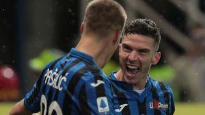 Robin Gosens of Atalanta BC celebrates with his team-mate Mario Pasalic
