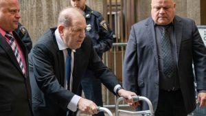 Harvey Weinstein kävelee tuen kanssa