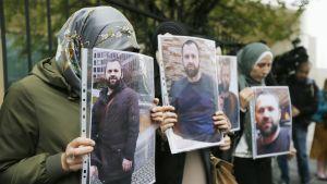 Ihmiset pitelivät Zelimhan Hangošvilin kuvia Tbilisissä 10. syyskuuta.