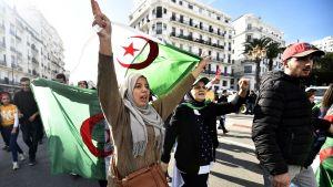 Mielenosoittajia Algierissa.