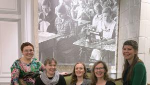 Kuvassa vasemmalta oikealle apurahansaajat Hanna Korvela, Minna Rimpiläinen, Anna-Reetta Väänänen, Jenni Linnove ja Suvi Pouttu.