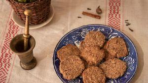 Sinisellä lautasella pyöreitä piparkakkuja, jotka leivottu Hildegard Bingeniläisen reseptillä.