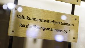 Valtakunnansovittelijan toimiston kyltti Helsingissä 2. joulukuuta.