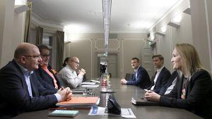 Teollisuusliiton puheenjohtaja Riku Aalto (vas.) ja ensimmäinen varapuheenjohtaja Turja Lehtonen (2. vas.) sekä Teknologiateollisuuden työmarkkinajohtaja Minna Helle (oik.) Teollisuusliiton ja Teknologiateollisuuden neuvotteluissa valtakunnansovittelijan toimistossa Helsingissä 16. joulukuuta.