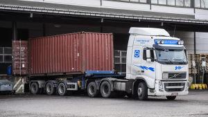 Kuorma-auto, joka kuljetti tunkeutujia kiinnostaneen merikontin Algol-teollisuusyhtiön kemikaalivarastolle eilen, kuvattuna Espoossa 17. joulukuuta.
