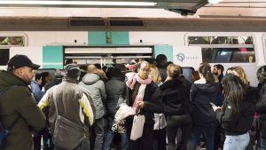 Ruuhkaa metroasemalla Pariisissa.