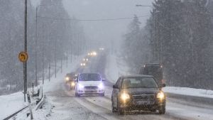 Autot ajavat huonossa talvikelissä Hämeenkyrössä 23. joulukuuta 2017.