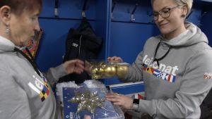 Joukkueenjohtaja Virpi Aralinna (vas.) ja psyykkinen valmentaja MarjoMäyrä lupaavat, että Bratislavassa on suomalainen joulutunnelma.