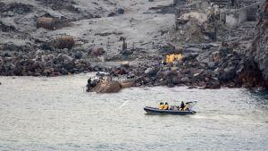 Pelastusryhmä matkalla White Islandille 13. joulukuuta, jolloin saarelta haettiin pois kuusi ruumista.