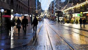 Aleksanterinkadun jouluvalot Helsingissä aattona alkuillasta 24. joulukuuta.