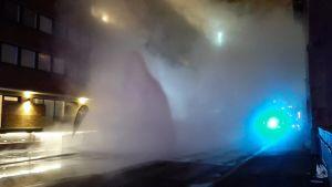 Helsingin Katajanokalla Kanavakadulla on iso vesivuoto, kertoo pelastuslaitos. Pelastuslaitoksen mukaan putki on räjähtänyt rikki ja vettä tulee 15 metriä kadusta ylöspäin.