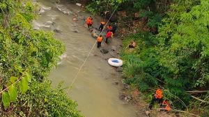 Pelastushenkilöstöä onnettomuuspaikalla Pagar Alamissa Etelä-Sumatralla 24. joulukuuta.