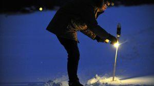 Ilotuliterakettien ampumista talvisessa maisemassa