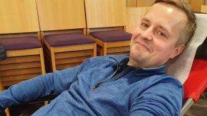 Hermeksen urheilujohtaja Pasi Tuukkanen luovuttaa verta Hengenpelastajaliigan nimissä.