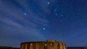 Maryhillissa, Washingtonissa sijaitseva Stonehengen kopio ja tähtitaivas jossa Orionin tähtikuvio.