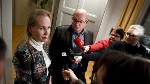 Teknologiateollisuuden työmarkkinajohtaja Minna Helle (vas.) ja Teollisuusliiton puheenjohtaja Riku Aalto kommentoivat vientiteollisuuden sopimusneuvottelutilannetta valtakunnansovittelijan toimistolla Helsingissä 19. joulukuuta.