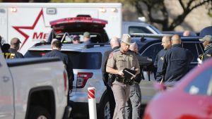 Yksi kuoli ja toinen haavoittui vakavasti, kun asemies hyökkäsi kirkkoon sunnuntaina lähellä Fort Worthia Texasissa.