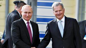 Presidentit Putin ja Niinistö kättelevät Presidentinlinnan edustalla.