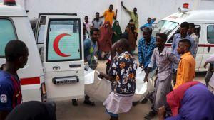 Terrori-iskun uhria nostetaan ulos ambulanssista Madinan sairaalassa Mogadishussa 28. joulukuuta.