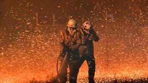 Palomiehet taistelivat liekkejä ja kovaa tuulta vastaan Nowran kaupungissa 31. joulukuuta.