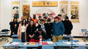 Luokkakuva kiinalaisen yliopiston opiskelijoista.