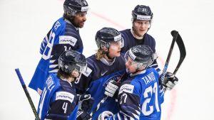 Suomi juhlii maalia (Sveitsiä vastaan)