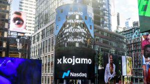 Suomalaisyhtiön nimi Nasdaq New Yorkin mainostaululla New Yorkin Times Squarella listautumisen jälkeen, kuvassa kojamo.