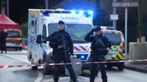 Poliisit partioivat paikalla jossa puukkohyökkäys tapahtui Villejuifin kaupungissa perjantaina.