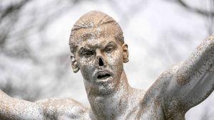 Zlatanin patsas kuvassa
