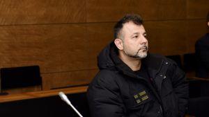 Lelusalakuljettaja Rami Adham rahankeräysrikoksen oikeuskäsittelyssä Helsingin hovioikeudessa 8. tammikuuta.