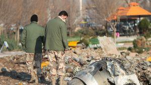Turmakoneen jäänteitä tutkitaan Teheranin lentokentän lähistöllä..