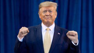 """Yhdysvaltain presidentti Donald Trump kuvattuna """"Keep America Great"""" -tilaisuudessa Lake Charlesissa Lousianassa lokakuussa 2019."""