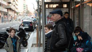 Kike Bela vie lapsensa kouluun nykyään bussilla. Yli kymmenen vuotta vanhalla dieselautolla ei saa enää ajaa arkipäivisin Barcelonan keskustassa.