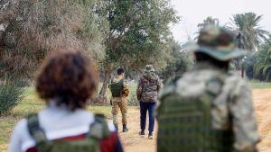 Libyan hallituksen taistelijoita partioimassa Tripolin eteläpuolella 12. tammikuuta.