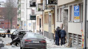 Poliisit tutkivat räjähdyspaikkaa Tukholmassa.